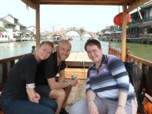 Mit Nelli und Alex auf dem Boot in Zhujiajiao, hinter uns die Fangsheng Brücke