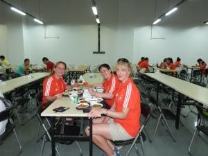 Mit den Kolleginnen Ulrike und Zuzana in der Kantine. Das Essen ist nicht schlecht.