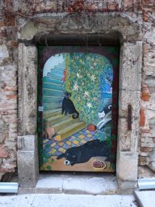 Bemalte Tür an einem alten Haus