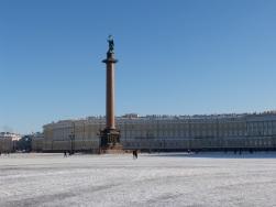 Alexander-Säule auf dem Palastplatz, im Hintergrund das Generalsstabsgebäude.