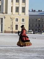 Wie ein Blick zurück in die Zarenzeit: Frau im historischen Kostüm auf dem Palastplatz. Man kann sich für einen Obolus gerne mit ihr photographieren.