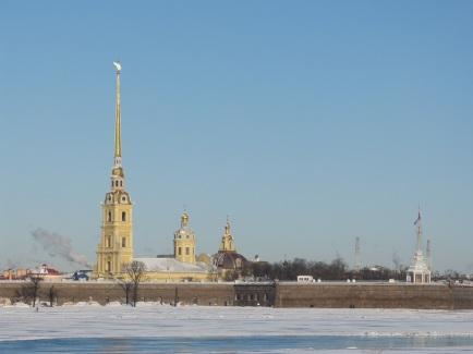 Die Peter-und-Pauls-Festung, Keimzelle der Stadt. In der Kathedrale sind die Gebeine der russischen Zaren bestattet.
