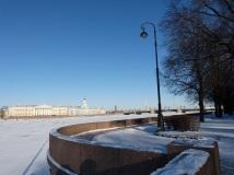 Am Neva Ufer. Der Fluss ist im Winter zugefroren.