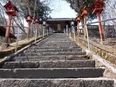 Aufgang zum Tempel auf dem Usui-Paß