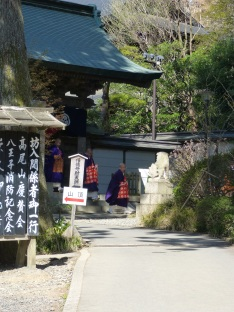 Eine Prozession von Mönchen ist auf dem Weg zum Tempel auf dem Takao