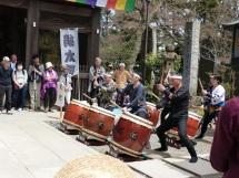 Diese Gruppe Trommler gab ein open air Konzert auf dem Takao